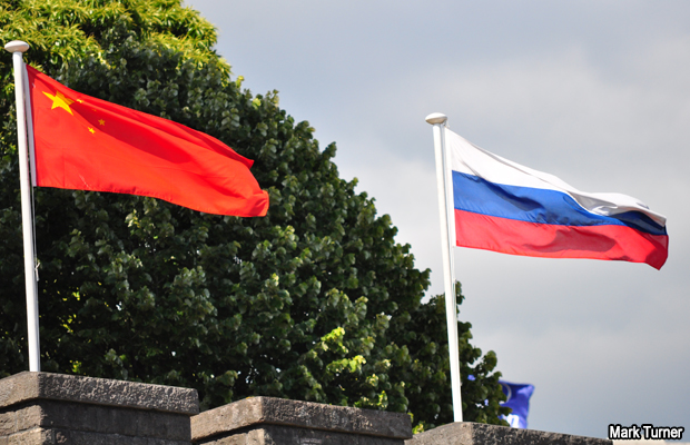 20110611-china-russia-flags