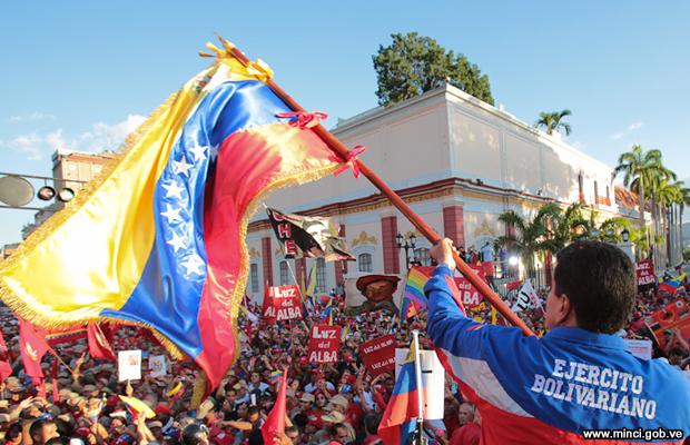 20150227-nicolas-maduro-bandera